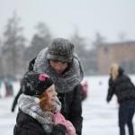 Kou schaatsen sneeuw en foto's maken
